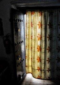 Vorhang als Raumteiler vor einer Tür